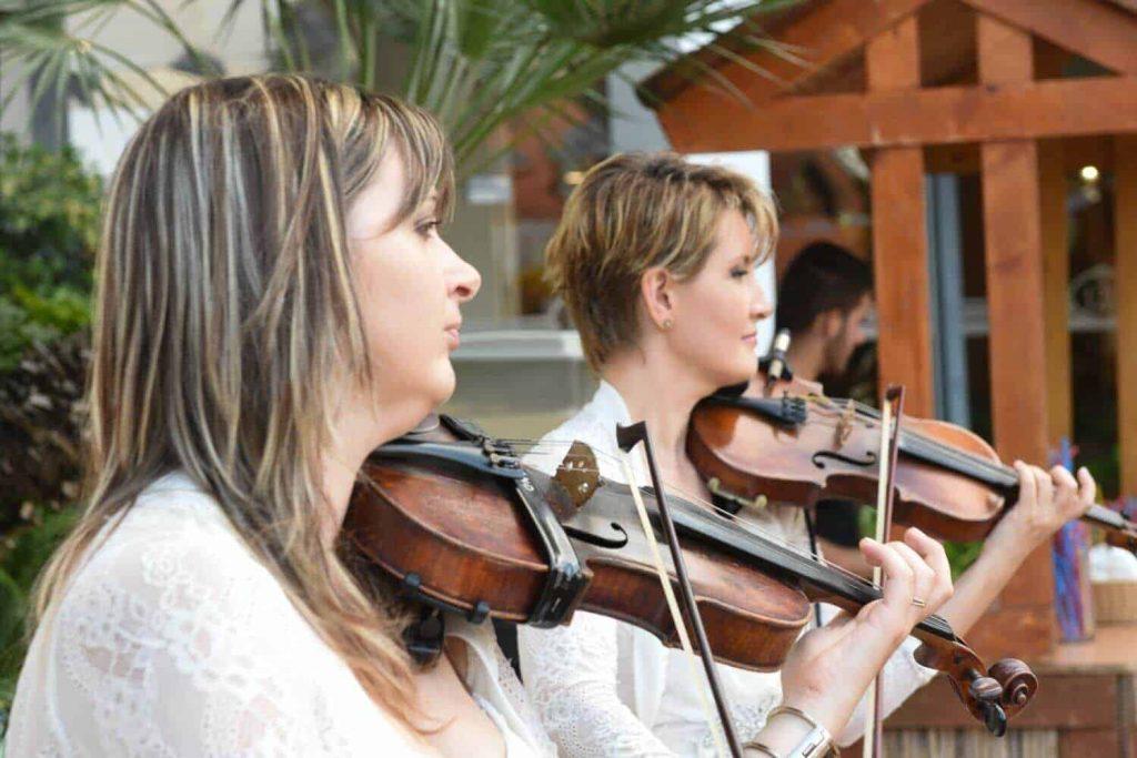 הופעת כנריות בחגיגות חצי היובל של בית ראשון לציון של רשת עד 120