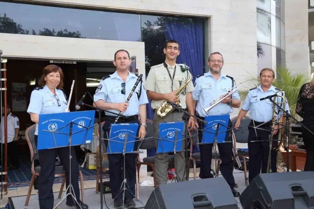 משטרת ישראל מופיעה בפני דיירי בית הוד השרון
