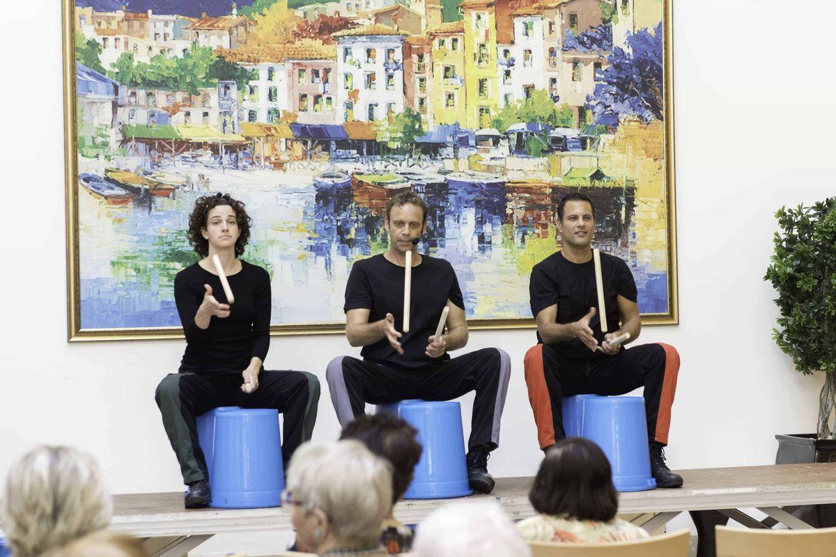 דיירי בית תל אביב בהופעה עם אמנים
