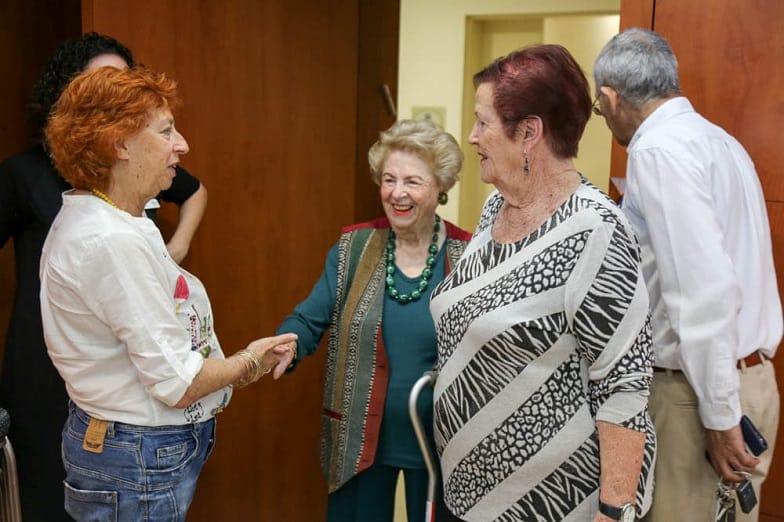 חנה שאולוב פוגשת את דיירי בית הוד השרון של רשת עד 120