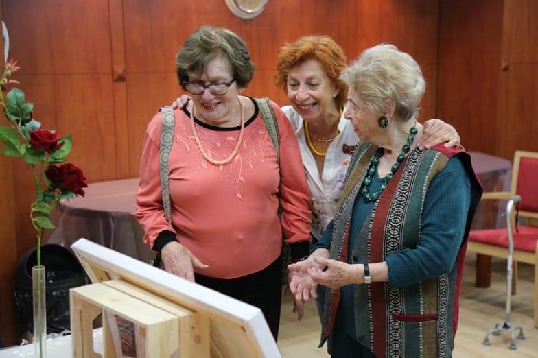 חנה שאולוב פוגשת את דיירות בית הוד השרון של רשת עד 120