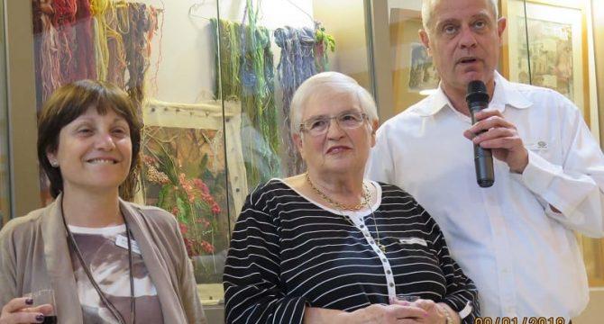 שאולי דור, מנהל עד 120 הוד השרון ואורנה ולקובסקי מנהלת השירות לדייר, מברכים את טובה עפרון בטקס פתיחת התערוכה