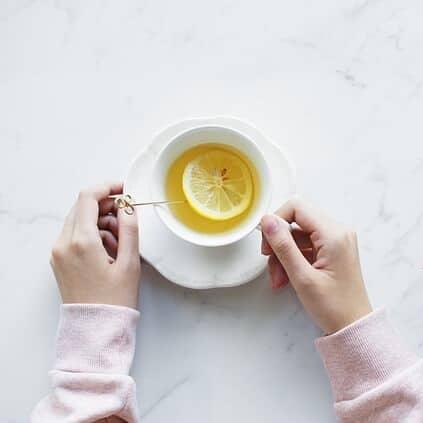 תה חם עם לימון